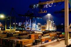 Τερματικό εμπορευματοκιβωτίων Buchardkai στο Αμβούργο τη νύχτα Στοκ Εικόνες