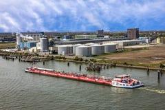 Τερματικό λιμένων βυτιοφόρων του Ρότερνταμ και φορτηγό πλοίο, μεταφορέας πετρελαίου Στοκ εικόνες με δικαίωμα ελεύθερης χρήσης