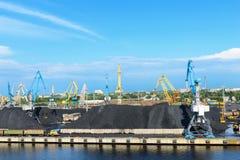 Τερματικό και γερανός άνθρακα φορτίου Στοκ εικόνες με δικαίωμα ελεύθερης χρήσης