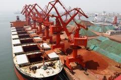 Τερματικό μεταλλεύματος σιδήρου λιμένων Qingdao στοκ φωτογραφία
