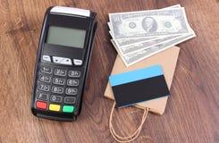 Τερματικό πληρωμής με την πιστωτική κάρτα, δολάριο νομισμάτων και τσάντα εγγράφου, έννοια της πληρωμής για τις αγορές Στοκ Φωτογραφία