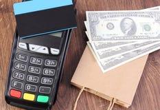 Τερματικό πληρωμής με την πιστωτική κάρτα, δολάριο νομισμάτων και τσάντα εγγράφου, έννοια της πληρωμής για τις αγορές Στοκ εικόνες με δικαίωμα ελεύθερης χρήσης