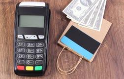 Τερματικό πληρωμής με την πιστωτική κάρτα, το δολάριο νομισμάτων και την τσάντα αγορών εγγράφου Στοκ Φωτογραφία