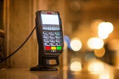 Τερματικό πληρωμής με πιστωτική κάρτα στο γραφείο εκδόσεως εισιτηρίων στο μεγάλο κεντρικό σιδηροδρομικό σταθμό στην πόλη της Νέας Στοκ Εικόνα