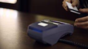 Τερματικό πληρωμής με πιστωτική κάρτα στο κατάστημα κλείστε επάνω απόθεμα βίντεο