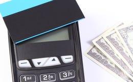 Τερματικό πληρωμής με την ανέπαφα πιστωτική κάρτα και το δολάριο νομισμάτων, cashless πληρωμή για τις αγορές ή προϊόντα Στοκ Φωτογραφία