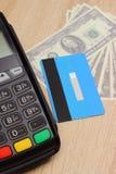 Τερματικό πληρωμής με την πιστωτική κάρτα και το δολάριο νομισμάτων Στοκ φωτογραφία με δικαίωμα ελεύθερης χρήσης