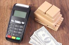 Τερματικό πληρωμής, δολάριο νομισμάτων και τυλιγμένα κιβώτια στην ξύλινη παλέτα, έννοια της πληρωμής για τα προϊόντα Στοκ εικόνες με δικαίωμα ελεύθερης χρήσης