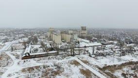 Τερματικό σιταριού στη χειμερινή εποχή Χιονισμένη σιταποθήκη στις αγροτικές περιοχές Ένα κτήριο για την ξήρανση και την αποθήκευσ Στοκ Εικόνες