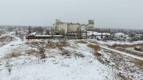 Τερματικό σιταριού στη χειμερινή εποχή Χιονισμένη σιταποθήκη στις αγροτικές περιοχές Ένα κτήριο για την ξήρανση και την αποθήκευσ Στοκ φωτογραφίες με δικαίωμα ελεύθερης χρήσης
