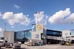Τερματικό της Lufthansa στον αερολιμένα της Φρανκφούρτης Στοκ Φωτογραφίες