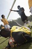 Τερματοφύλακας με τη σφαίρα ποδοσφαίρου, διαιτητής στην ανασκόπηση Στοκ φωτογραφία με δικαίωμα ελεύθερης χρήσης