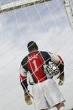 Τερματοφύλακας που στέκεται στο στόχο με τη σφαίρα Στοκ Εικόνες