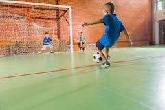 Τερματοφύλακας που κλωτσά τη σφαίρα ποδοσφαίρου Στοκ εικόνες με δικαίωμα ελεύθερης χρήσης