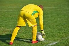 Τερματοφύλακας ποδοσφαίρου έτοιμος να κλωτσήσει τη σφαίρα Στοκ φωτογραφίες με δικαίωμα ελεύθερης χρήσης