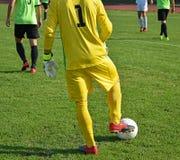 Τερματοφύλακας ποδοσφαίρου με μια σφαίρα Στοκ φωτογραφία με δικαίωμα ελεύθερης χρήσης