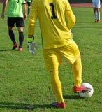 Τερματοφύλακας ποδοσφαίρου με μια σφαίρα Στοκ Εικόνες