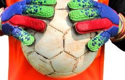 Τερματοφύλακας ποδοσφαίρου που πιάνει τη σφαίρα με τα χέρια Στοκ Εικόνες