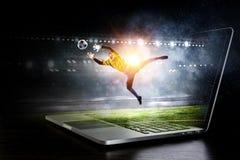 Τερματοφύλακας ποδοσφαίρου στη δράση Μικτά μέσα Στοκ εικόνες με δικαίωμα ελεύθερης χρήσης