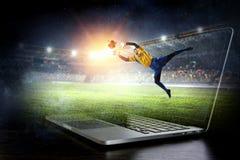 Τερματοφύλακας ποδοσφαίρου στη δράση Μικτά μέσα Στοκ Εικόνα