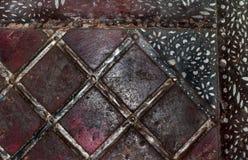 Τετράγωνα κινηματογραφήσεων σε πρώτο πλάνο στην παλαιά σκουριασμένη επιφάνεια μετάλλων και μαύρα χρωματισμένα λωρίδες στη τοπ δεξ Στοκ φωτογραφίες με δικαίωμα ελεύθερης χρήσης