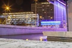 Τετράγωνο άνω και κάτω τελειών από την κεντρική πηγή τέχνης Fernan Gomez τη νύχτα Στοκ φωτογραφίες με δικαίωμα ελεύθερης χρήσης