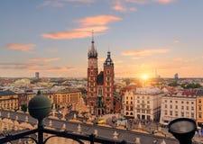 Τετράγωνο αγοράς της Κρακοβίας μετά από το ηλιοβασίλεμα, Πολωνία στοκ εικόνες