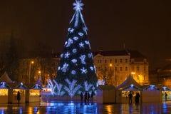 Τετράγωνο αγοράς τη νύχτα με το χριστουγεννιάτικο δέντρο Στοκ Φωτογραφία