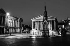 Τετράγωνο αρχιθαλαμηπόλων τη νύχτα με το φωτισμένο μνημείο Δημαρχείων και αρχιθαλαμηπόλων στο Μπέρμιγχαμ, UK μαύρο λευκό στοκ φωτογραφία με δικαίωμα ελεύθερης χρήσης
