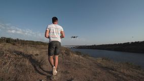 Τετράγωνο ελέγχου ατόμων copter στην ακτή ποταμών Στοκ φωτογραφίες με δικαίωμα ελεύθερης χρήσης