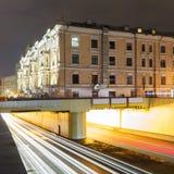 Τετράγωνο θριάμβου και μητρόπολη μεταφορών, μουτζουρωμένα φω'τα κυκλοφορίας στοκ φωτογραφία