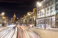 Τετράγωνο θριάμβου και μητρόπολη μεταφορών, μουτζουρωμένα φω'τα κυκλοφορίας στοκ εικόνα