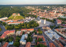 Τετράγωνο καθεδρικών ναών στην παλαιά πόλη Vilnius Gediminas Castle και Hill τριών σταυρών, Εθνικό Μουσείο της Λιθουανίας, παλαιό στοκ εικόνες