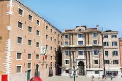Τετράγωνο με τα παλαιά κτήρια στη Βενετία, Ιταλία Στοκ Φωτογραφίες
