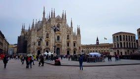 Τετράγωνο με τους τουρίστες κοντά στον καθεδρικό ναό Di Μιλάνο Duomo, ιταλική γοτθική αρχιτεκτονική στοκ εικόνα