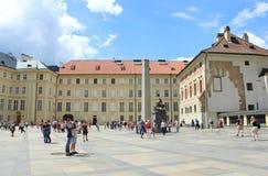 Τετράγωνο με τους τουρίστες στο Κάστρο της Πράγας Στοκ Φωτογραφία