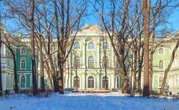 Τετράγωνο μπροστά από το ερημητήριο στη Αγία Πετρούπολη στοκ φωτογραφίες με δικαίωμα ελεύθερης χρήσης