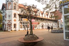 Τετράγωνο μπροστά από το προαύλιο με ένα δέντρο της Apple μετάλλων Στοκ Φωτογραφία