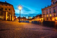 Τετράγωνο νύχτας στην παλαιά πόλη στην περιοχή Κάστρων της Πράγας cesky τσεχική πόλης όψη δημοκρατιών krumlov μεσαιωνική παλαιά Στοκ φωτογραφία με δικαίωμα ελεύθερης χρήσης