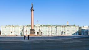 Τετράγωνο παλατιών με το πρωί χειμερινών παλατιών την άνοιξη Στοκ φωτογραφία με δικαίωμα ελεύθερης χρήσης
