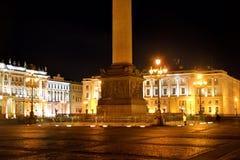 Τετράγωνο παλατιών στην Αγία Πετρούπολη τη νύχτα στοκ φωτογραφία