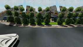 Τετράγωνο πυραύλων αγαλμάτων και περιστροφή αυτοκινήτων γύρω στην ημέρα απόθεμα βίντεο