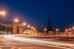 Τετράγωνο πόλεων νύχτας με την κυκλοφορία στο δρόμο Στοκ Εικόνες