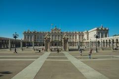 Τετράγωνο στο μέτωπο η Royal Palace με το φράκτη σιδήρου στη Μαδρίτη στοκ φωτογραφία