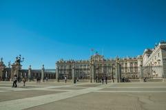 Τετράγωνο στο μέτωπο η Royal Palace με το φράκτη σιδήρου στη Μαδρίτη στοκ φωτογραφία με δικαίωμα ελεύθερης χρήσης
