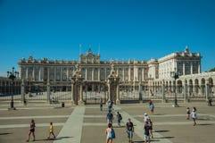 Τετράγωνο στο μέτωπο η Royal Palace με το φράκτη σιδήρου στη Μαδρίτη στοκ εικόνα