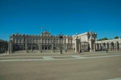 Τετράγωνο στο μέτωπο η Royal Palace με το φράκτη σιδήρου στη Μαδρίτη στοκ φωτογραφίες με δικαίωμα ελεύθερης χρήσης