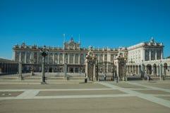 Τετράγωνο στο μέτωπο η Royal Palace με το φράκτη σιδήρου στη Μαδρίτη στοκ εικόνες