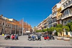Τετράγωνο στο παλαιό μέρος της πόλης της Σεβίλης τη θερινή ημέρα, Ισπανία. Στοκ Φωτογραφία