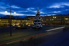 Τετράγωνο Συγκλήτου του Ελσίνκι με το χριστουγεννιάτικο δέντρο στο λυκόφως Στοκ Εικόνες